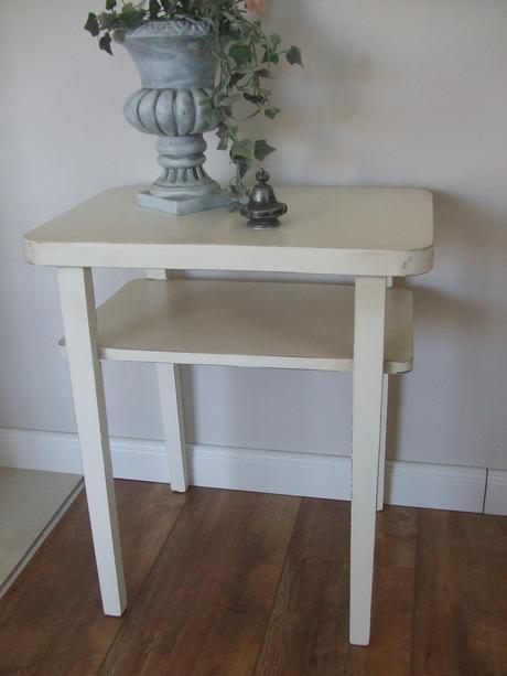 menší stolík,