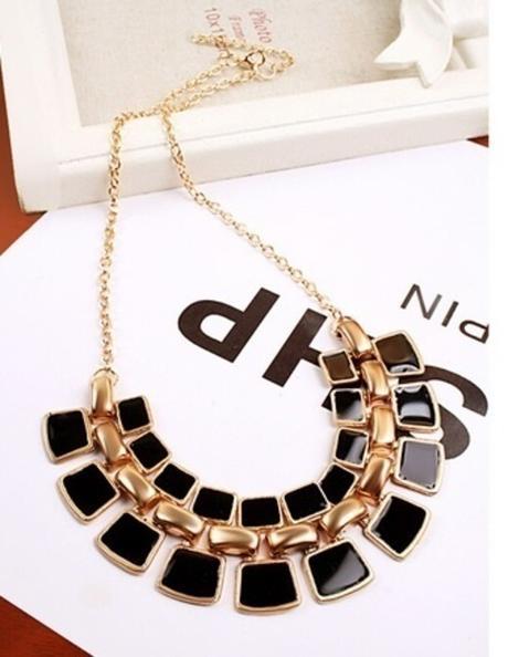 Černý a zlatý náhrdelník,