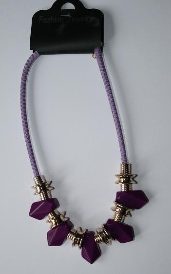 fialový náhrdelník,