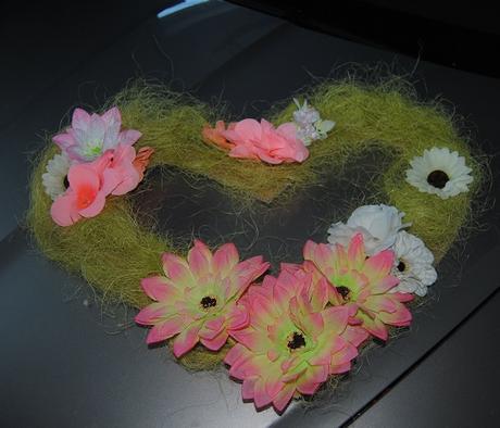 Sisalové srdce s květinama na svatební auto,