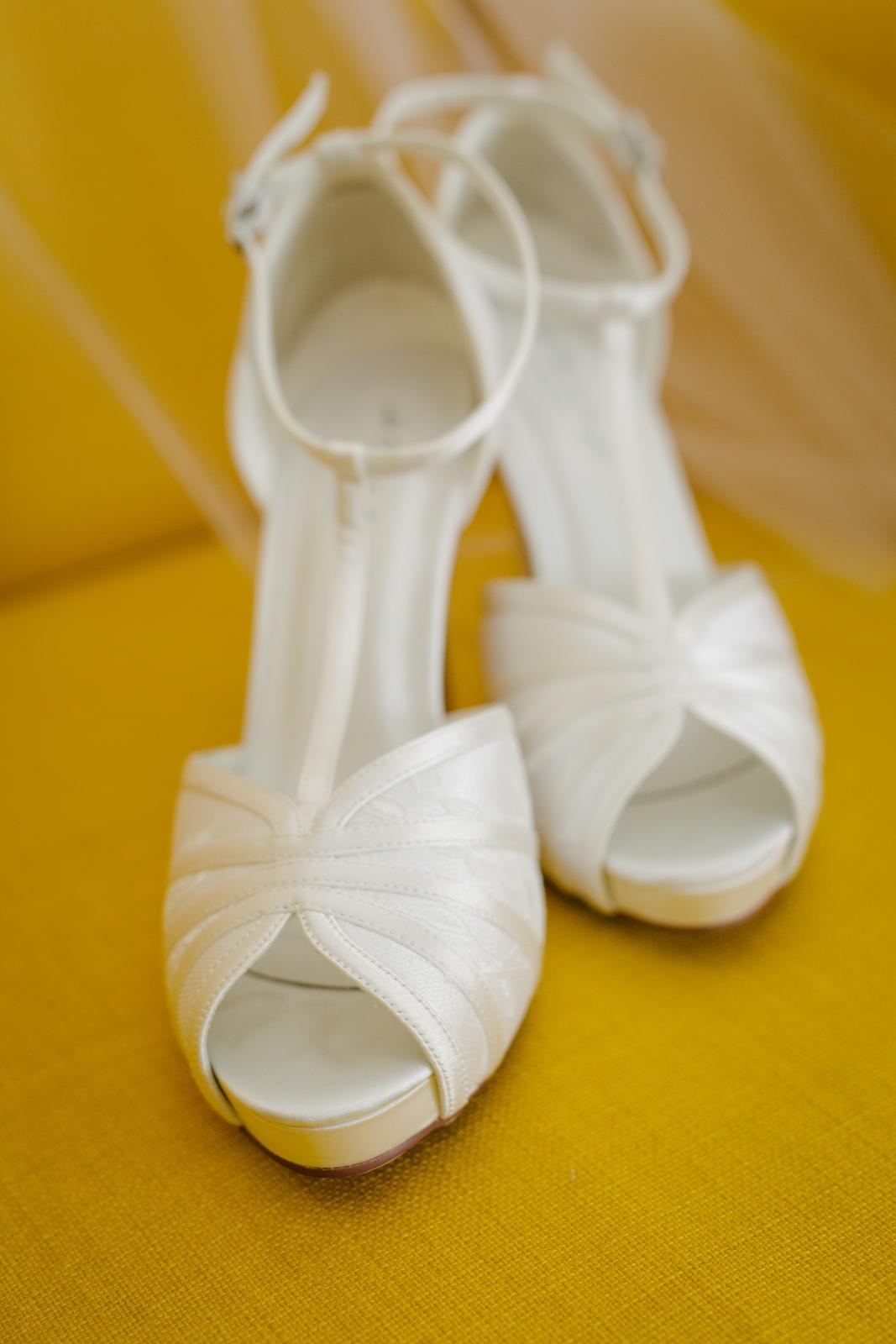 7fbba5bb1747 Pohodlné svadobné topánky na podpätku