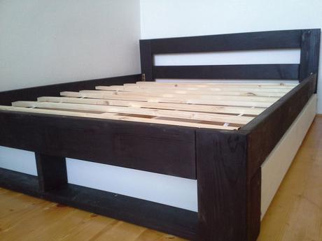Drevená manželská posteľ,