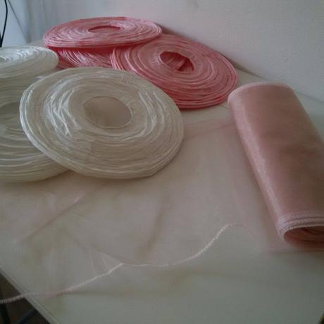 Růžové a bílé pompomy,