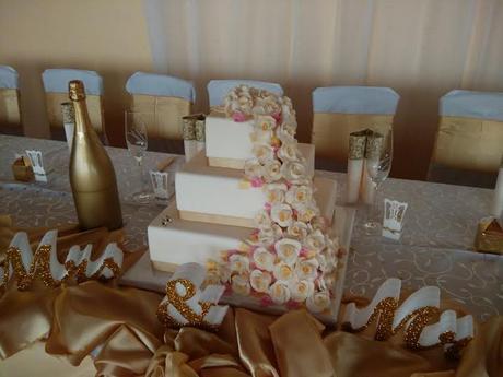 Biela torta so ružovo zlatým ružami 3 poschodová,