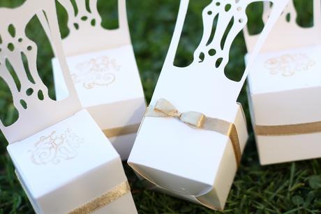 Menovky stoličky so zlatou stuhou a pečiatokou,