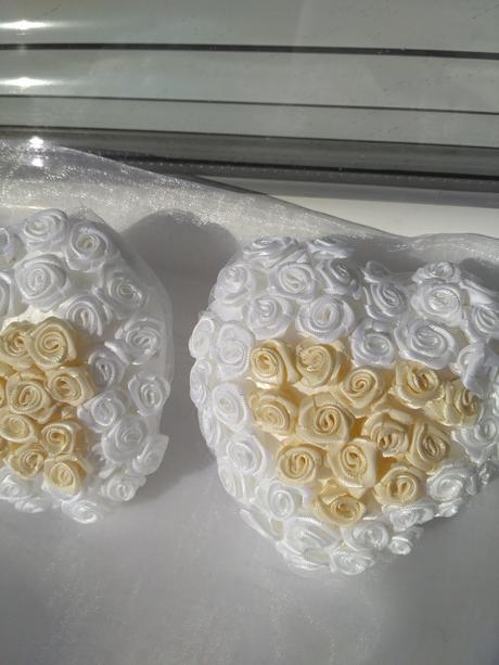 Srdcia s bielo-ivory ružičkami,