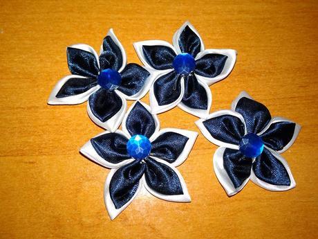 4 ks bílo-modrých kytiček,