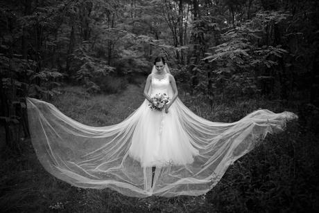 Sněhově bílé svatební šaty , 36