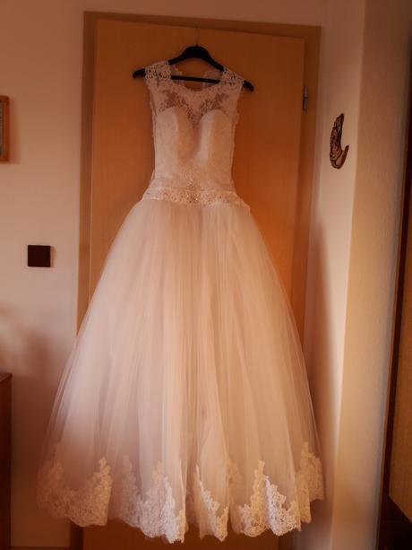 Svatební šaty s bohatou sukní, 36