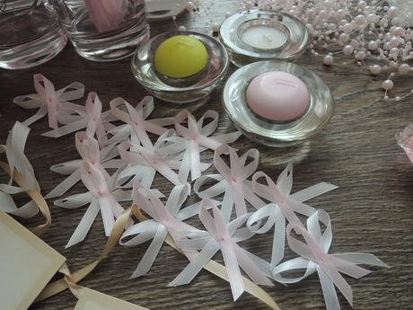 Svatební dekorace v tónech bílé a světle růžové,