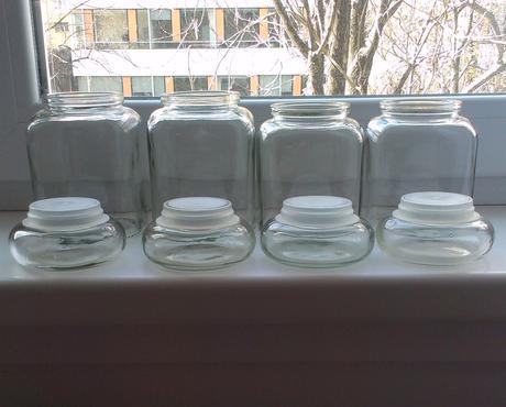 Stredneveľká sklenená dóza s vrchnákom - mám 4ks,