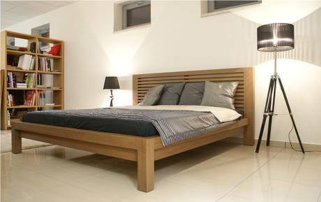 Drevená posteľ,