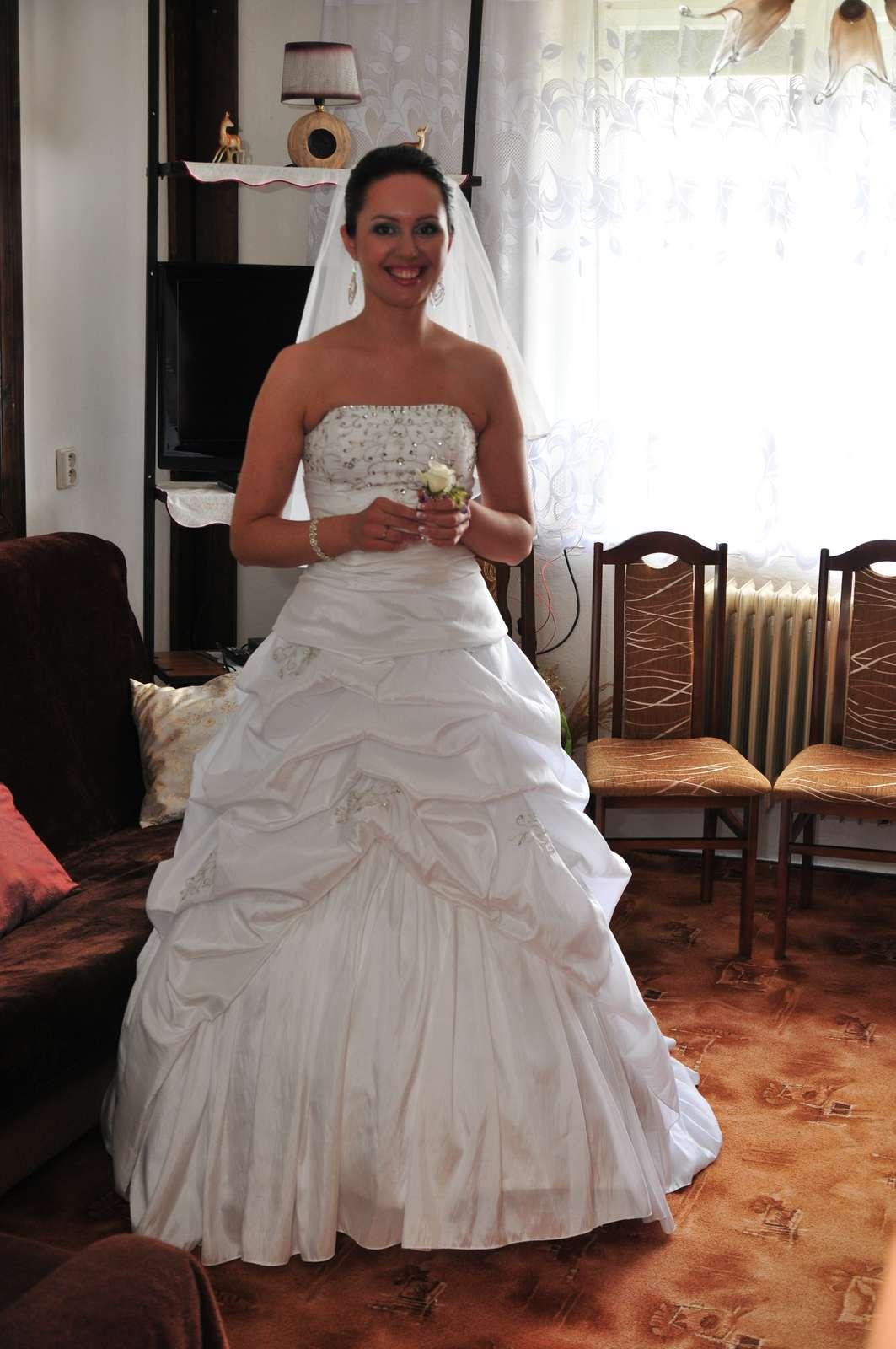 346de1f3a5f2 Snehovobiele svadobne saty pre vyššie nevesty