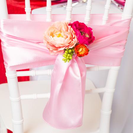 Bledo ružové saténové stuhy na stoličky,