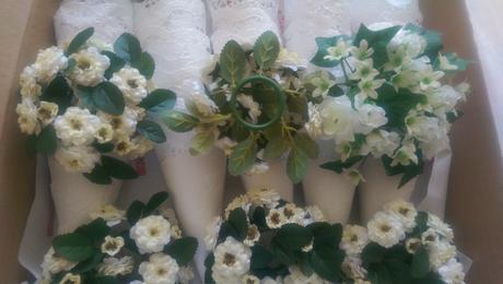 10 věnečků z umělých květin, svícen, kytičky,