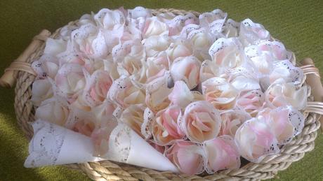 80 kornoutků z krajky+plátky růže(ivory a růžová),