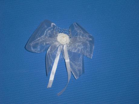 Bílé mašličky s růžičkou na svatební výzdobu,