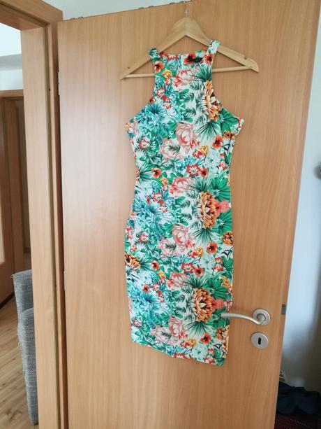 Kvetované letné šaty AX Paris, XS