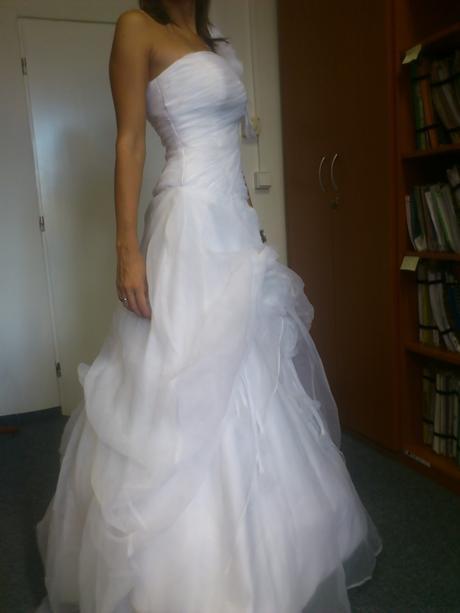 Svatební  šaty s kruhovou spodnicí a závojem, 38