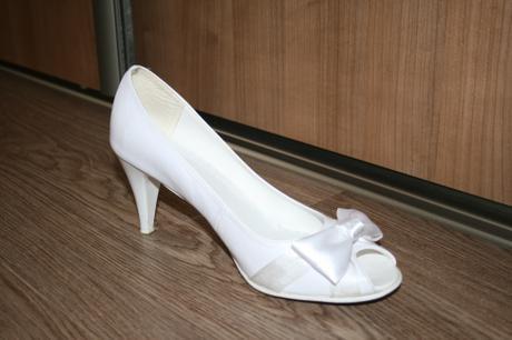 Kozene biele svadobne topanky so satenovou maslou c7d1a03f781