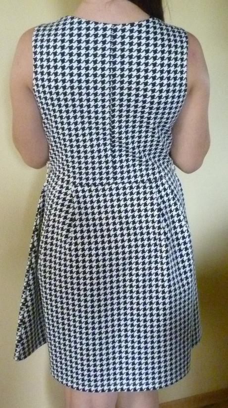 nenosené šaty, M