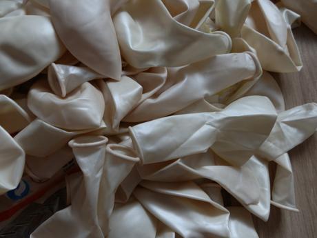 perleťově bílé balonky,