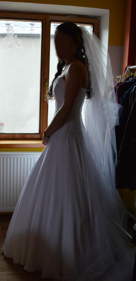 Krajkové svatební šaty s jednoduchou bohatou sukní, 38