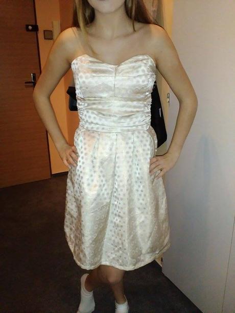 Společenské šaty s puntíky , 34