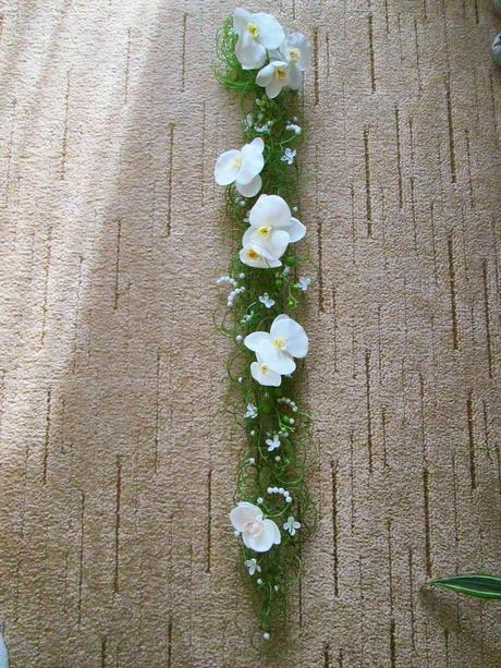 Kytice na ruku- Bílé orchideje na pásu z tilandsie,