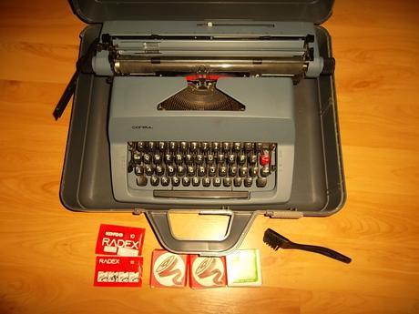 Kufrík.písací stroj+doplnky a náhr.pásky-Consul ,