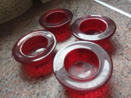 4 x červené svietniky,