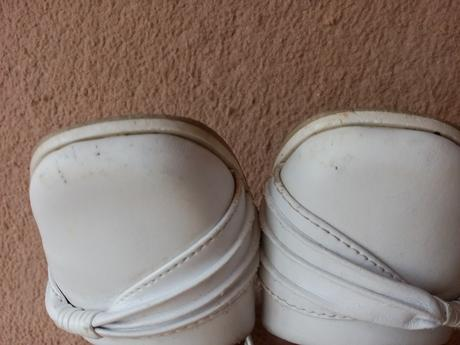 Slavnostní bílé botičky, 25