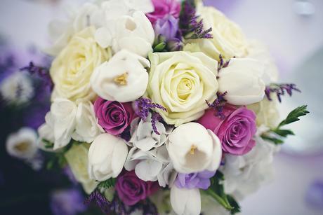 Fialovo bila dekorace pro celou Vasi svatbu,