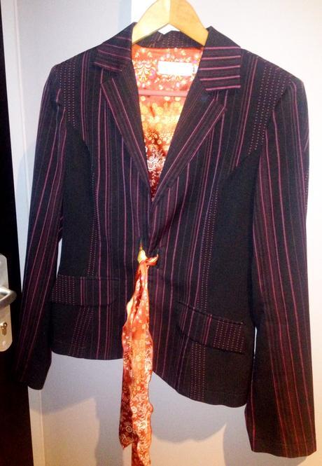 183f3af2b314 Čierny nohavicový kostým s fialovými prúžkami