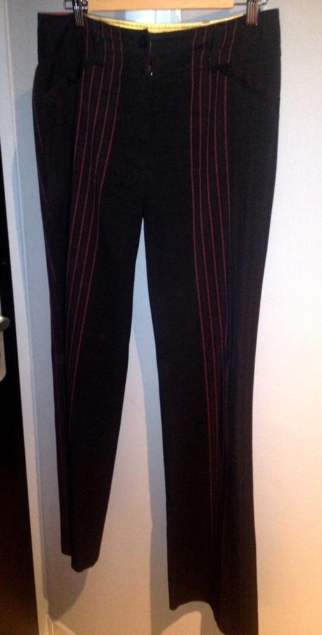 Čierny nohavicový kostým s fialovými prúžkami, 40