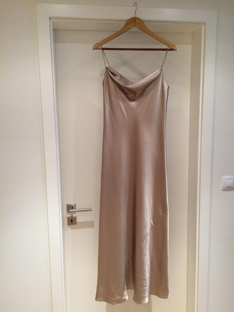 Dlouhé šaty zlaté barvy na ramínka, 40