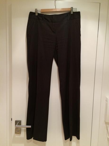 Tmavěhnědý kalhotový kostým s proužky, 40