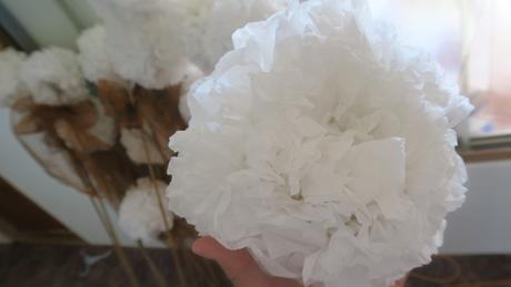 Bílé koule z hedvábného papíru průměr cca 23 cm,