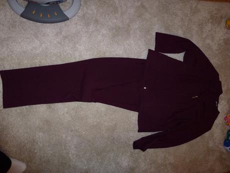 Bordový nohavicový kostým, 42