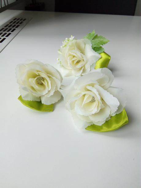 vývazek z umělé květiny do klopy,