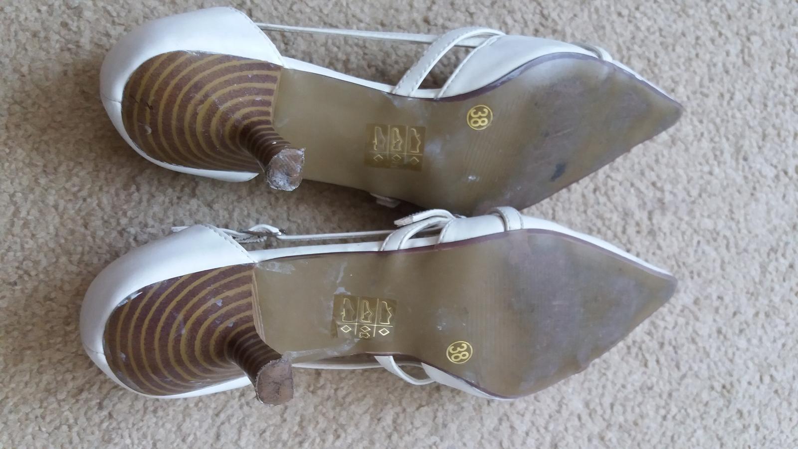 Bílé boty na podpatku do špičky afe9c58918