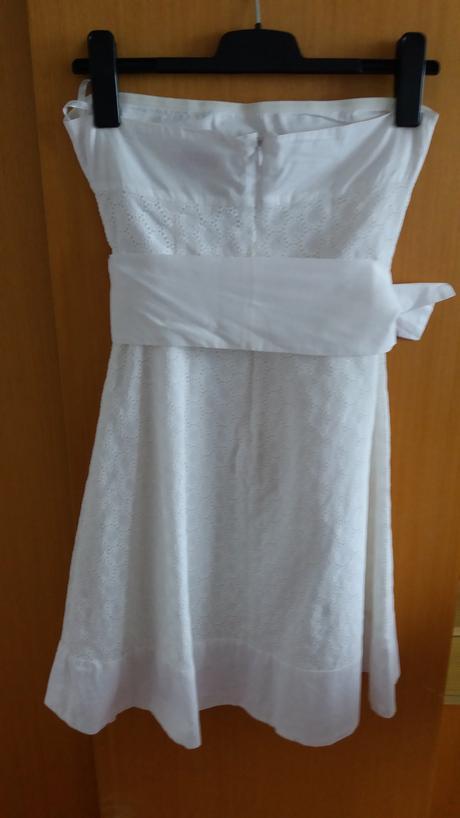 Bílé krajkové šaty bez ramínek s mašlí v pase,