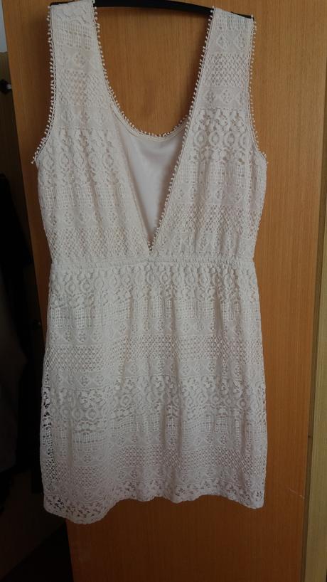 Letní smetanové šaty s výstřihem na zádech,