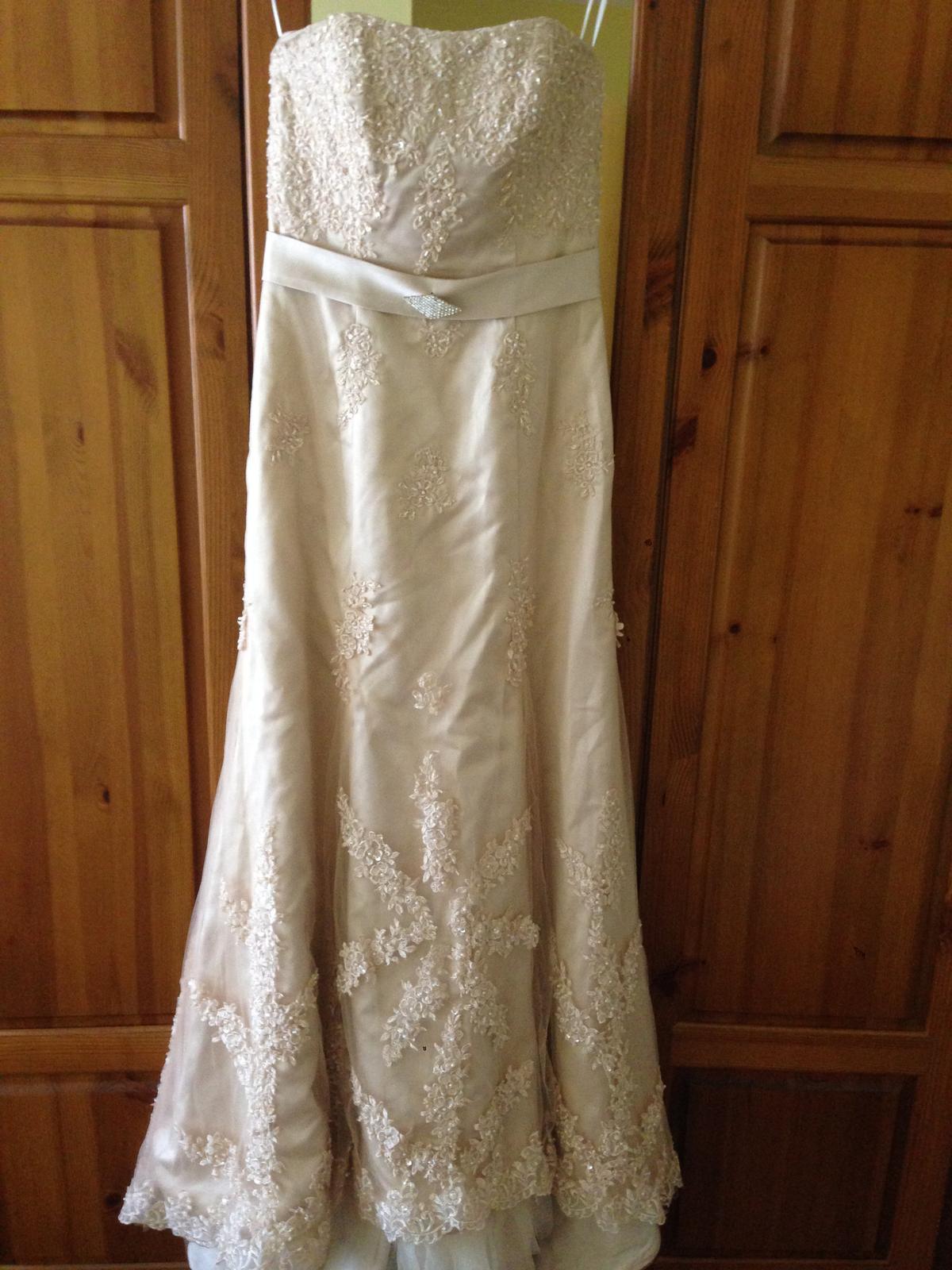 47a65db0c0b Netradiční svatební šaty