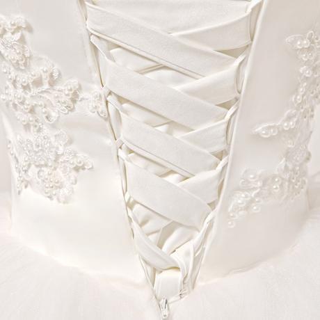 Bílé svatební šaty - nadýchané, 38