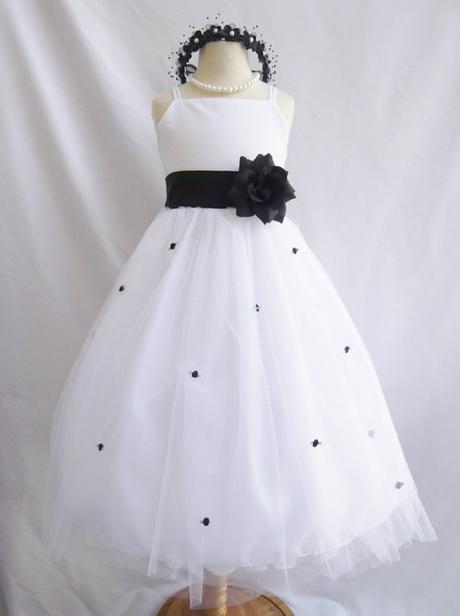 Dlouhé bílé družičkové šaty - s černou mašlí, 140