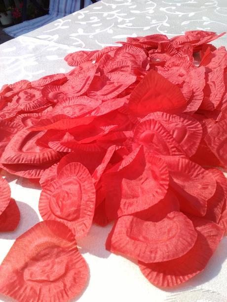 Červené lupene v tvare srdca,