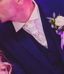 Kosela s viazanou kravatou-set, 42