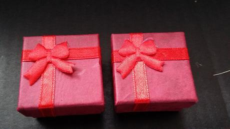 Malé červené krabičky na šperky,