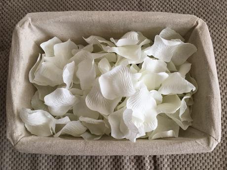Balík svateb. dekorací - plátky růží, konfetti aj.,